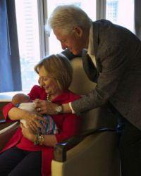 Клинтоны с нетерпением ждут встречи с внуком или внучкой
