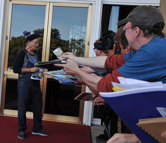 Билл Мюррей раздает автографы за 20 долларов
