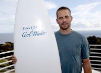 Пол Уокер с доской для серфинга