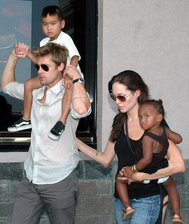 Анджелина и Брэд с Мэддоксом и Захарой