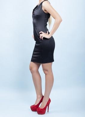 Černé šaty s červenými botami 7