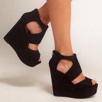 Czarne sandały na klinie 7
