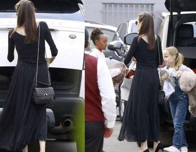 Анджелина с дочками у ресторана