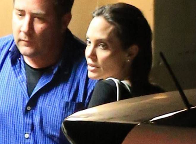 Анджелина Джоли у китайского ресторана