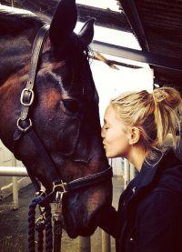 Красавица обожает лошадей!