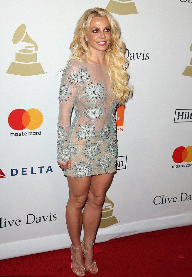 Бритни Спирс в неудачном платье-сетке