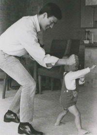 Брюс Ли тренирует Брендона