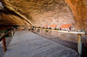 Наскальные рисунки у пещеры Liphofung