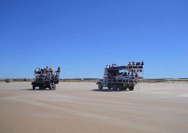 Туристические машины, следующие к маяку Кабо-Полонио