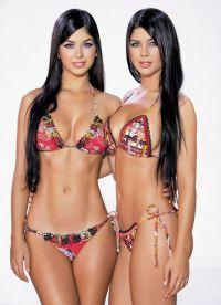 Марианна и Камила Давалос в купальниках