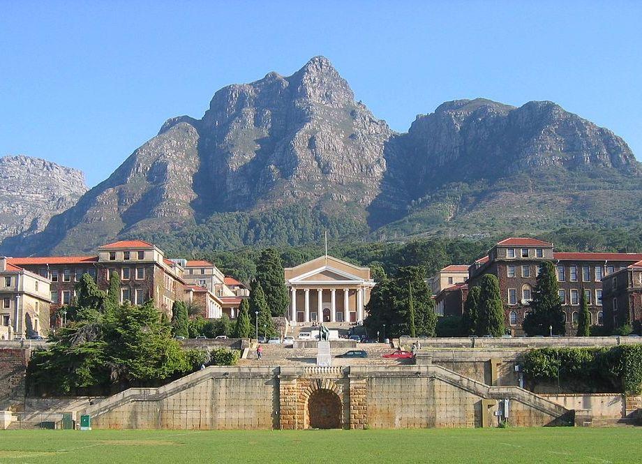 Городской музей на фоне гор