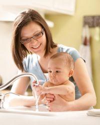Как правильно подмывать новорожденную девочку
