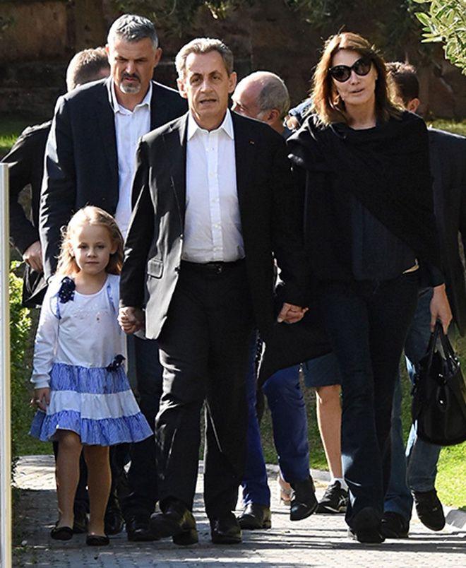 На прогулке с мужем и дочерью Джулией