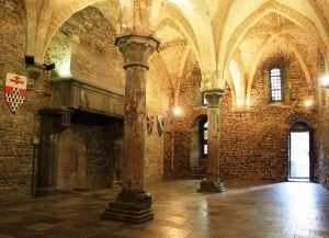 Колонны и своды в замке