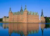 Замок Фредериксборг на озере