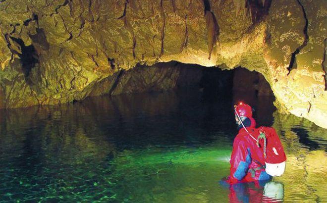 Полноводное озеро в пещере Джаловича