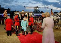 Королеву Елизавету и принца Филиппа встречали принц Чарльз и герцогиня Камилла