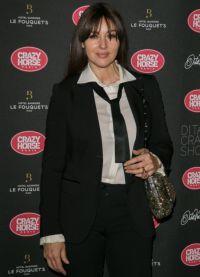 Моника Белуччи появилась на вечеринке в черном брючном костюме