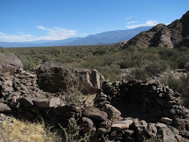 Каменные образования на вершине