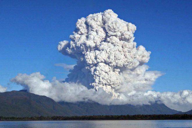 Выброс пепла из вулкана 5 мая 2008 года