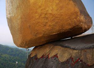 Огромный камень будто нависает над пропастью