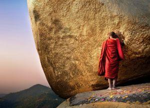 Буддистский монах у камня