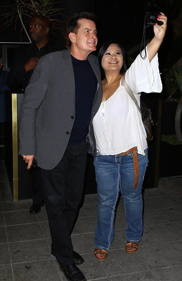 Чарли Шин с фанаткой в четверг в Голливуде