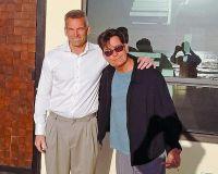 Чарли Шин со своим агентом по недвижимости Скоттом Ваейром на крыльце нового дом