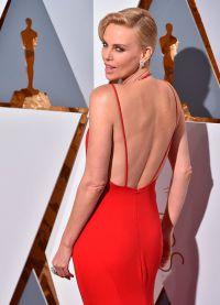 Шарлиз Терон в платье с открытой спиной