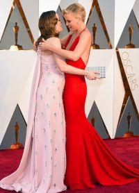 Шарлиз Терон обнимает беременную Эмили Блант на красной дорожке