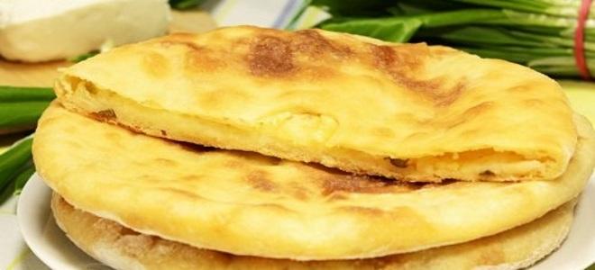 palačinke s krompirjem in sirom v ponvi