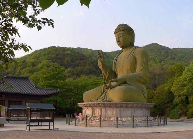 15-метровая бронзовая статуя Будды в Чхонане