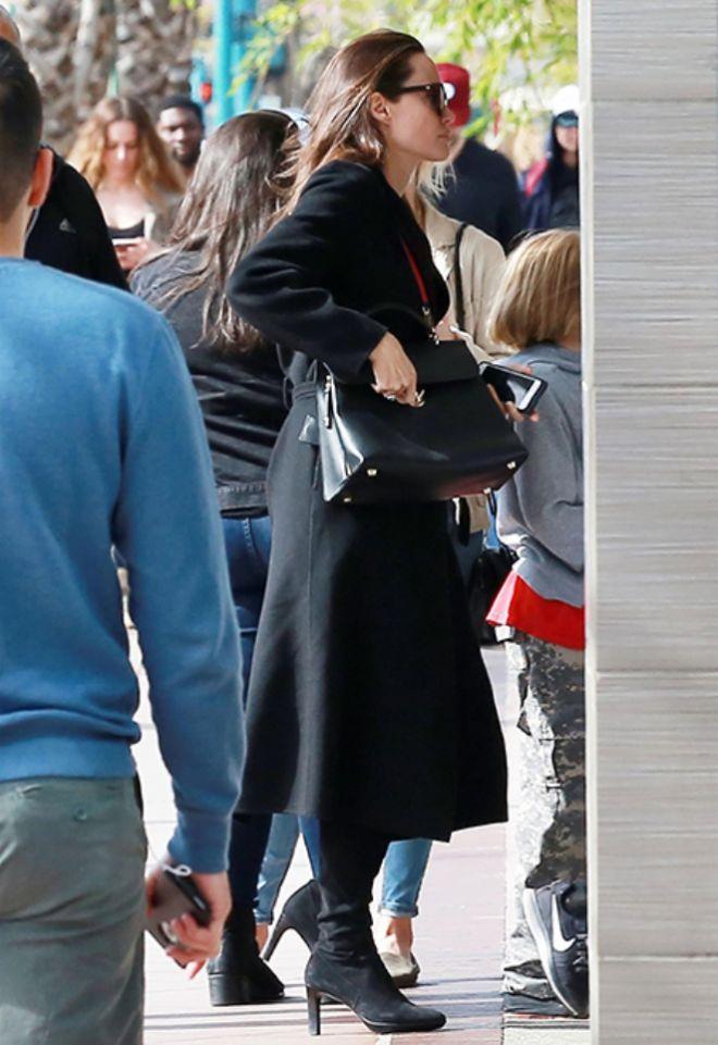 Анджелина Джоли на пути в кинотеатр