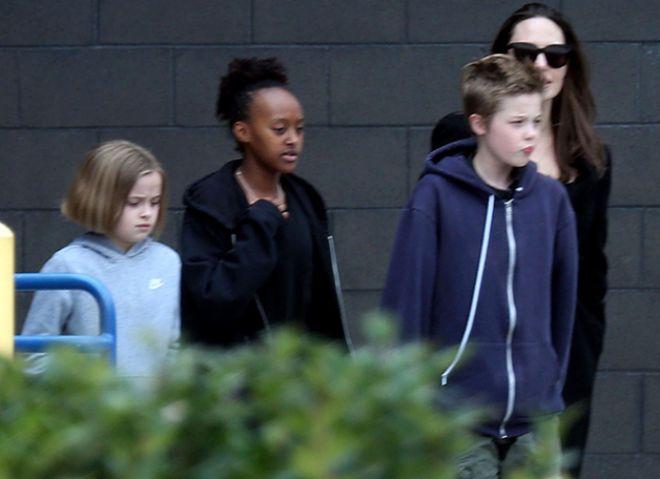 Анджелина Джоли и ее дети по пути в кинотеатр