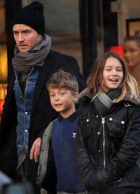 Джуд Лоу гуляет с детьми