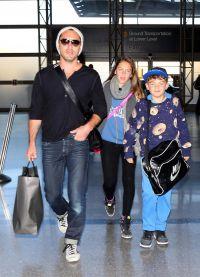 Джуд Лоу с детьми в аэропорту