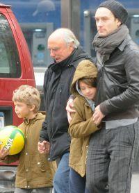 Джуд Лоу с детьми на прогулке