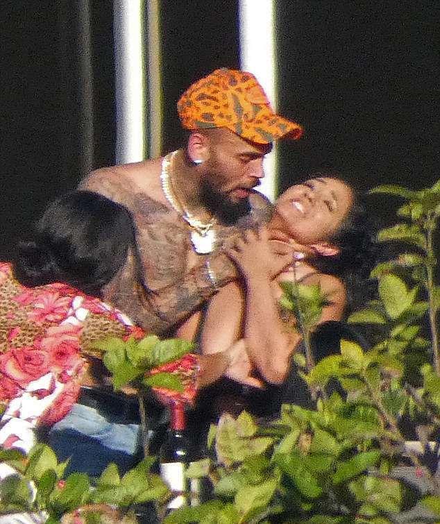 Крис Браун душит женщину в Майями