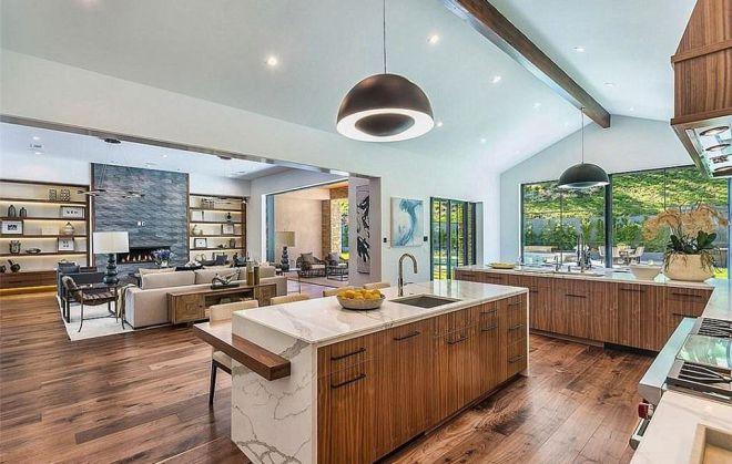 Кухня и столовая в доме Крис Дженнер в Хидден-Хилс