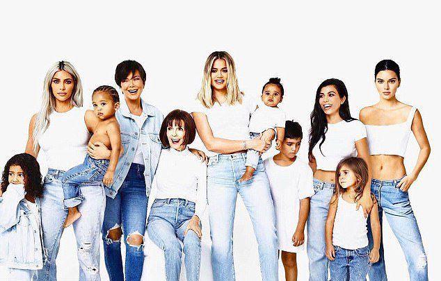 Крис Дженнер с детьми, внуками и мамой