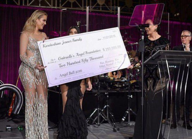 Семья Кардашьян пожертвовали в фон 250000 долларов