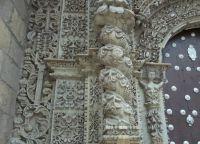 Детали левой части фасада церкви Сан-Лоренцо