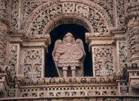 Фигура архангела Сан-Мигеля на фасаде церкви