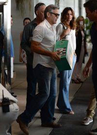 Поздравить модель прибыл Джорж Клуни