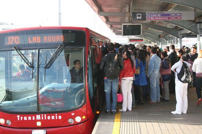 Давка на автобусной остановке трасмиленио в Колумбии