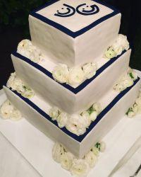Большой свадебный торт, который  разрезали новобрачные, украшали два смайлика