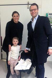 Виктория и Даниэль с Эстель и новорожденным малышом