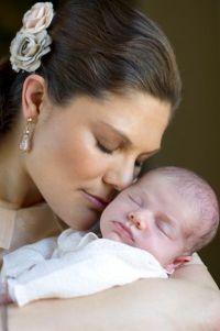 На фото Виктория с новорожденной Эстель