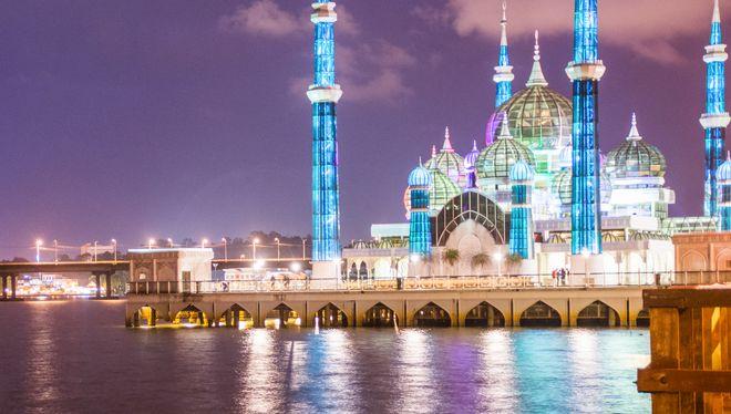 Кристальная мечеть ночью