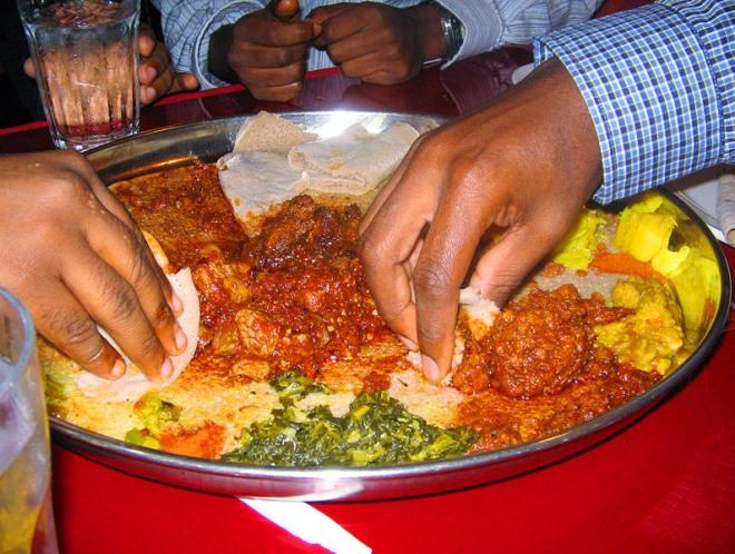 Эфиопцы едят руками